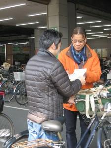 自転車事故防止チラシ配布2