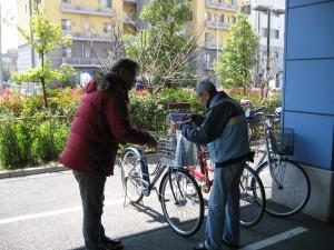 自転車安全チラシ配布中 1